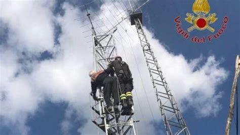 traliccio antenna uomo di 84 anni sale su antenna per radioamatori e rimane
