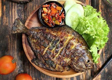 Namun bagi bunda yang ingin menambah menu dalam daftar masakannya, dapat mencoba memasak resep ikan bawal bakar madu, selain itu olahan ini juga dapat kita jadikan usaha kuliner yang menguntungkan. 3 Resep Ikan Bakar Terlezat, Pakai Bumbu Madu agar Lebih Legit