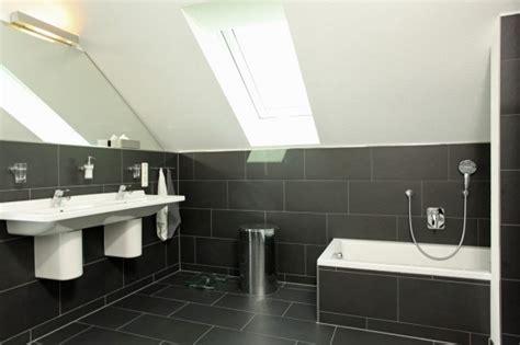Kleines Badezimmer Dunkle Fliesen by Fertighaus Wohnidee Badezimmer In Schwarz Wohnideen