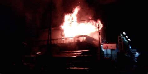 mobil pemadam kebakaran 02 kebakaran di pasar lawang menimpa toko listrik indah jaya