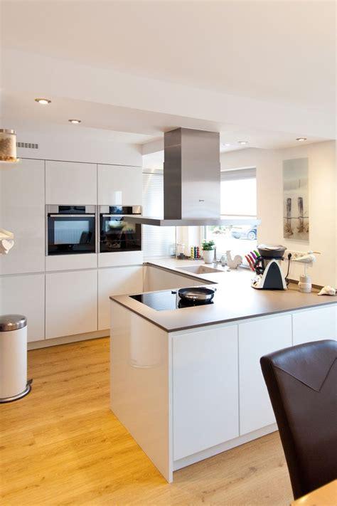 Granit Arbeitsplatte Auf Weißer Küche Im Modernen Design