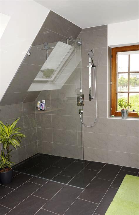 Kleines Badezimmer Dachgeschoss by Komplettbad Mit Dachschr 228 Ge In Modischem Grau In 2019
