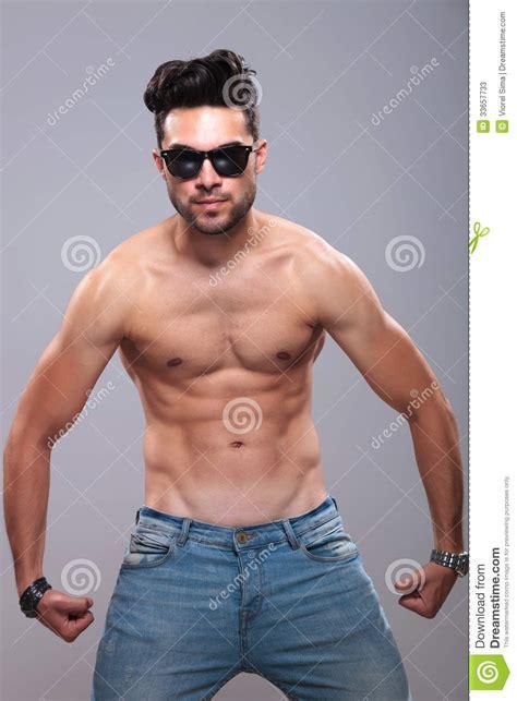 hommes nus dans les vestiaires l homme de torse nu fl 233 chit ses muscles travaill 233 s