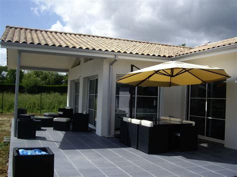 carrelage salon cuisine terrasse carrelée acces par baies vitrées à la cuisine et