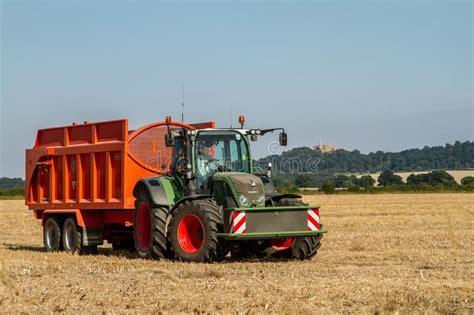 fendt traktor preise moderner fendt traktor der orange anh 228 nger zieht redaktionelles foto bild agronomie