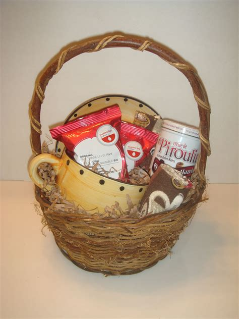 Make a coffee gift basket. Coffee Basket   annieebirds' DIY Holiday Gift Ideas ...