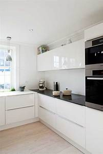 La cuisine laquee une survivance ou un hit moderne for Deco cuisine avec chaise en couleur pas cher