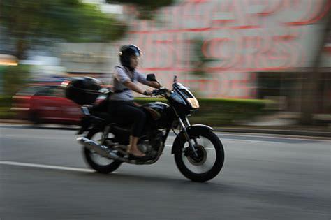 baju t shirt taxi pengendara motor di singapore nggak senang pakai jaket
