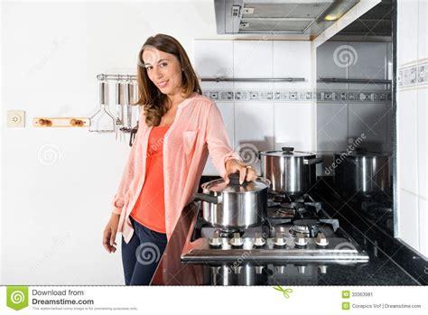 femme dans la cuisine femme faisant cuire la nourriture dans la cuisine