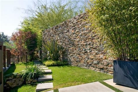 Effektiver Laermschutz Im Garten by Hohe Steinmauer Im Garten Dekoriert Mit Bambus