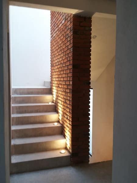 foto muro de tabique rojo aparente en escalera de
