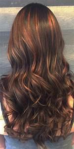 Balayage Cheveux Bouclés : cheveux brun chocolat avec balayage cuivre caramel ~ Dallasstarsshop.com Idées de Décoration