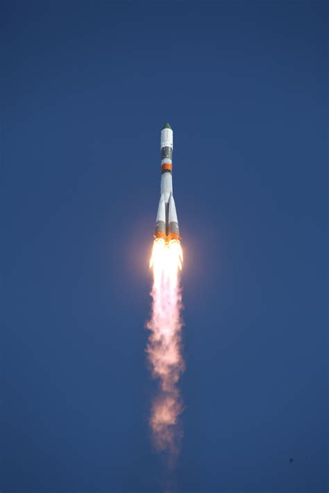 soyuz  blasts   final climb  orbit
