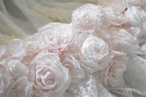 Guirlande En Papier Crépon : guirlande couronne roses papier cr pon teint es et dentelle rubans blancs boutique www ~ Melissatoandfro.com Idées de Décoration