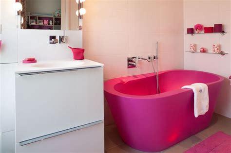 salle de bain fille salle de bains pour fille avec baignoire lumineuse fuchsia a retrouver sur www