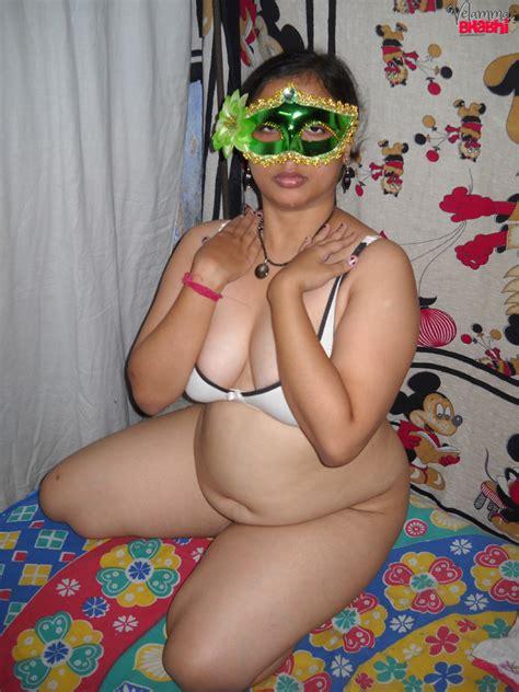 बंगाली सेक्सी भाभी की चूत की चुदाई आंटी की गरमा गरम नंगी