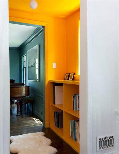 peindre un mur de couleur peindre couloir en couleur l astuce d 233 co parfaite