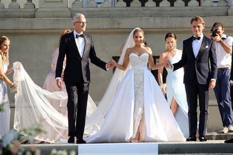 12 videos und 16 fotostrecken hochzeitskleid entdecken. Sylvie Meis: Foto von zweitem Hochzeitskleid auf Instagram ...