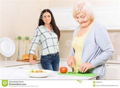 dans la cuisine de légumes de coupe de mamie dans la cuisine photo stock