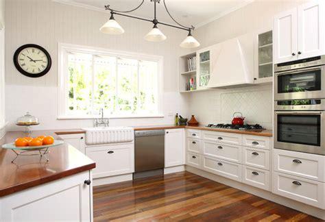 Kitchen Curtain Ideas Photos - biała kuchnia z drewnianym blatem czarujący minimalizm