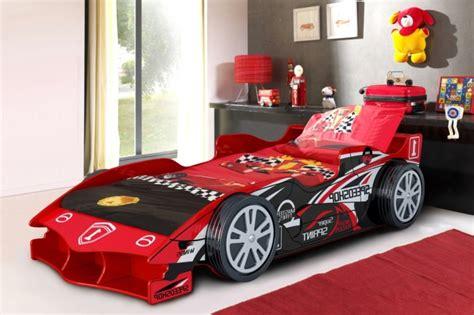 decoration chambre garcon cars le lit voiture pour la chambre de votre enfant archzine fr