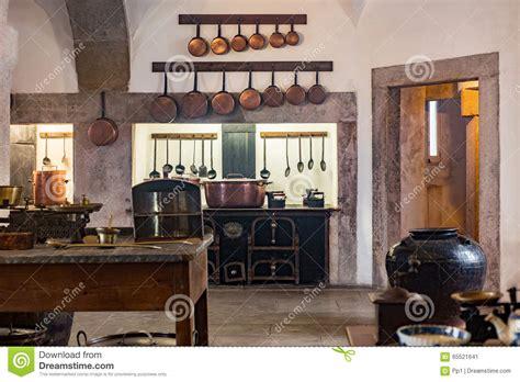 vieille cuisine vieille cuisine médiévale de château avec l 39 équipement