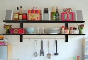 Come organizzare lo spazio in cucina mensole o pensili