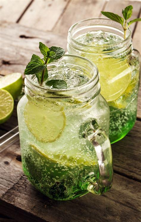 Leckere kalte frische trinken Limonade mit Zitrone, Minze