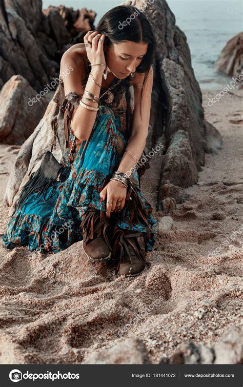 langen rock nähen boho estilo garota hippie jovem sentado na praia ao p 244 r do sol stock photo 169 zolotareva123