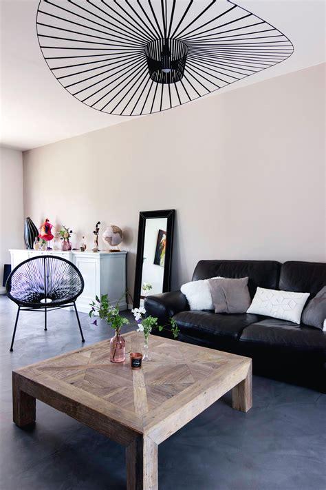 salon canape noir salon moderne gris et bois canapé en cuir noir suspension