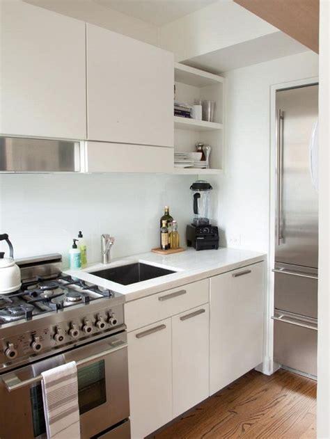 electrodomesticos de acero en la cocina pequena moderna
