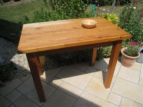 relooker une table de cuisine pas à pas pour relooker une table en pin vernie patines