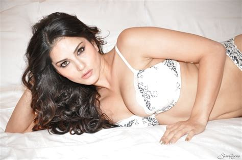 0115 Ebullient Sexstar Sunny Leone Brags With Her Body