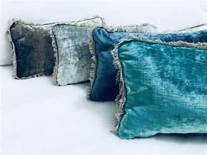 Coussin Velours Bleu : les 70 meilleures images du tableau coussins velours lav sur pinterest ~ Teatrodelosmanantiales.com Idées de Décoration