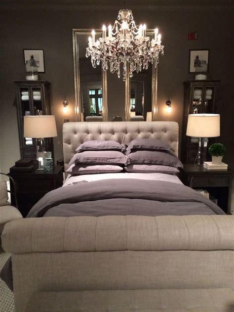 le chambre à coucher un chandelier dans la chambre à coucher pour le côté