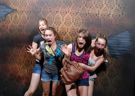 des gens qui ont peur dans une attraction de maison hant 233 e