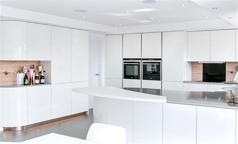 Handleless White Curved Kitchen with Quartz   Hurstpierpoint