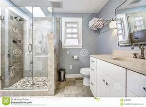 Interno Moderno Del Bagno Con La Doccia Di Vetro Della Porta Immagine Stock Immagine di casa