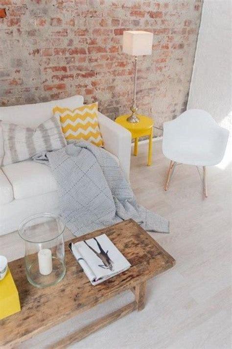 coussin pour canapé pas cher 17 meilleures idées à propos de canapé jaune sur