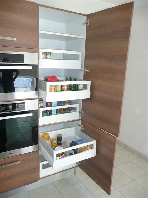 tiroirs coulissants pour rangement de l alimentaire dans un meuble colonne de cuisine
