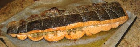 cuisiner le bar entier poisson farci aux herbes et cuit au four andre d