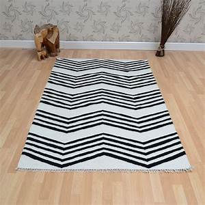 Tapis Kilim Ikea : jeff banks kilim zig zag rugs in black white free uk delivery the rug seller ~ Teatrodelosmanantiales.com Idées de Décoration