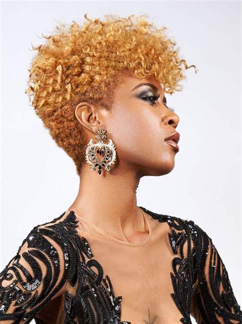 coupe afro courte coiffure homme noir avec teinture