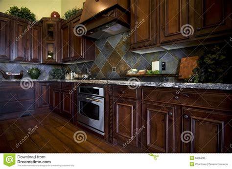 cuisine en dur cuisine luxueuse avec le plancher en bois dur image stock