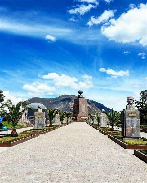 monumento de la mitad del mundo en las afueras de quito