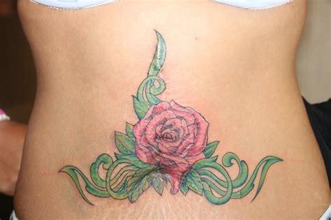 tatouage rose femme ventre