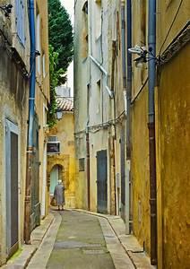 Miroiterie Aix En Provence : narrow street aix en provence france editorial photo ~ Premium-room.com Idées de Décoration