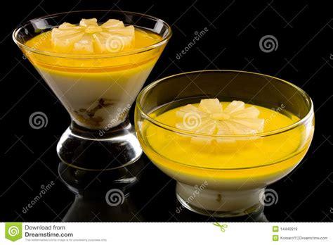 dessert avec de l ananas dessert cr 233 meux avec l ananas images libres de droits image 14440919