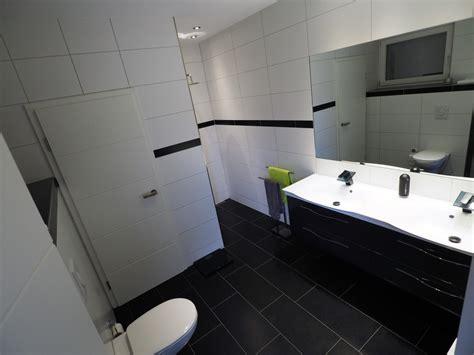 Badezimmer Fliesen Größe by Badezimmer Dunkle Fliesen