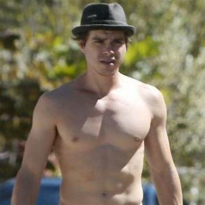 Boy Meets World's Matthew Lawrence Shows Off Toned Abs